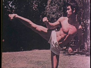 bruce lee in yokogeri or sidekick