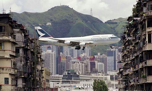 plane landing at hong kong