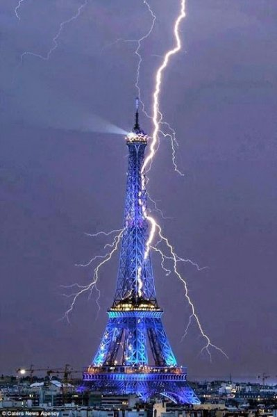 eiffel tower lightning